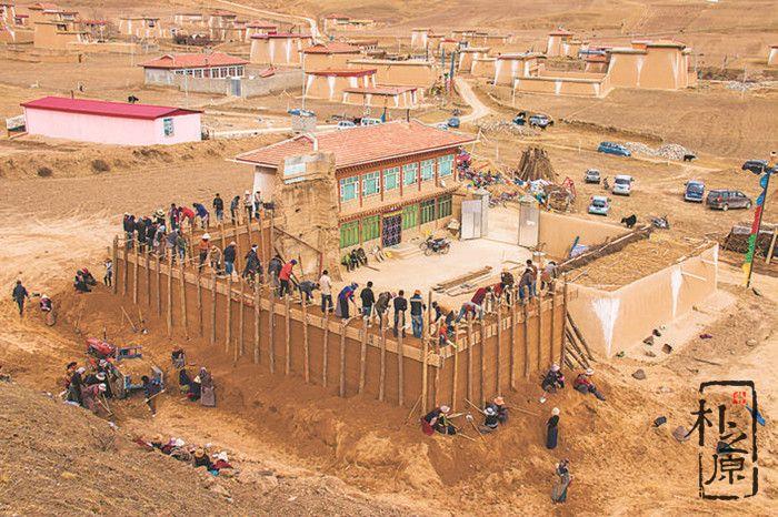 四川阿坝夯土墙在飞歌声里启建