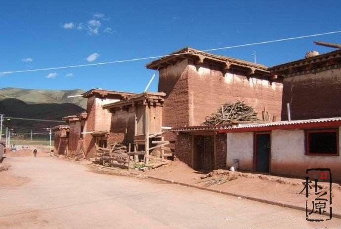 西藏夯土墙民居