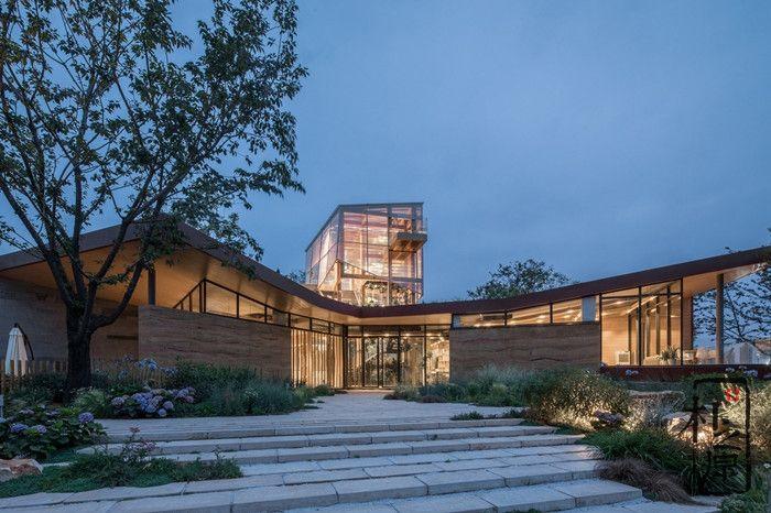 现代夯土墙设计:美女暗恋的生态花园餐厅