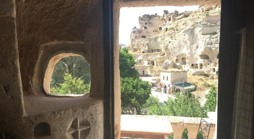 仿夯土墙肌理岩壁建筑:洞穴酒店