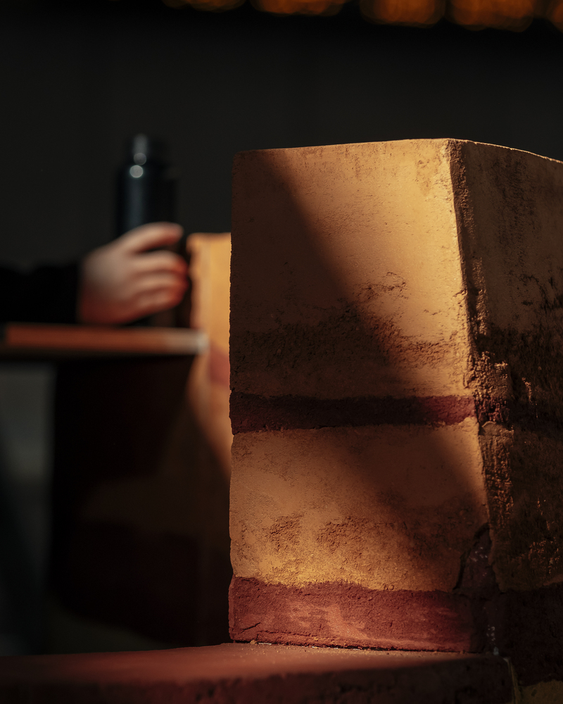创意 | 仿夯土墙肌理公共桌椅
